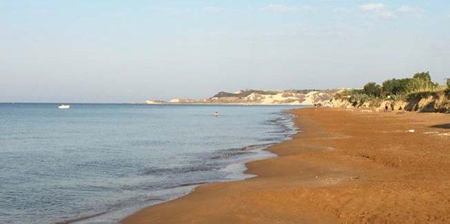 Η πορτοκαλί παραλία της Ελλάδας: Απόκοσμη ομορφιά με ρηχά, ζεστά νερά