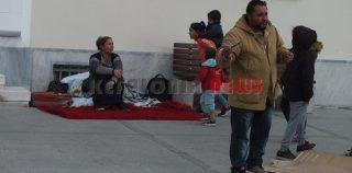 Ρομά κατασκήνωσαν έξω από το  Δημαρχείο.