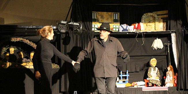 Μιά παράσταση όπου αφηγείται τα δεινά της προσφυγιάς.