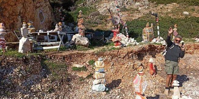 """Γιάννης Θεοτοκάτος: Ο Ποριώτης δημιουργός της """"Φτωχής Τέχνης"""" της παραλίας!"""